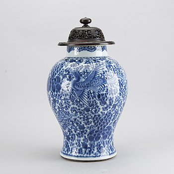 A CHINESE 18TH CENTURY PORCELAIN URN.