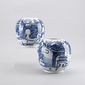 A PAIR OF CHINESE PORCELAIN URNS, 19/20th century.