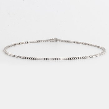 Brilliant-cut diamond tennis bracelet.