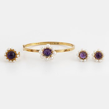 Engelbert bangle, ring, earrings, 18K gold with cabochon-cut amethyst and cultured pearls.