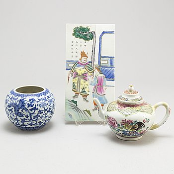 A famille rose teapot, blue and white jar and a placquer, Qing dynasty and 20th century.