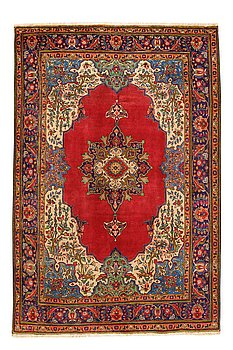 An old Tabriz carpet ca 310 x 207 cm.