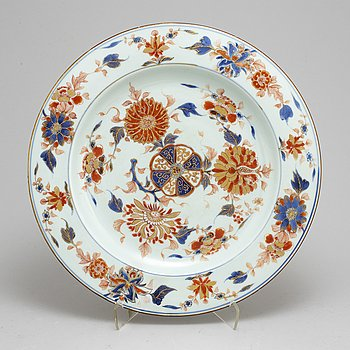 A large imari dish, Qing dynasty, early 18th century.