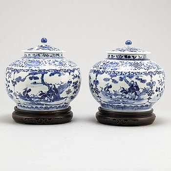 A pair of blue and white jars with covers, Qing dynasty, Guangxu (1875-1908).