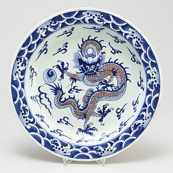 A blue and white and red dish, Late Qing dynasty, early 20th century.