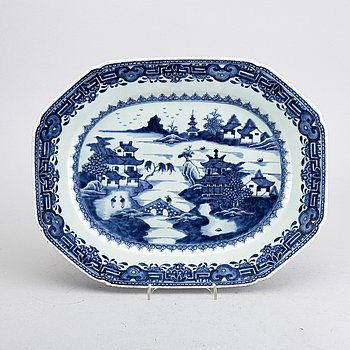 A Chinese porcelasin blue and white Qianlong plate.
