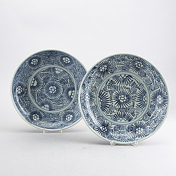 A pair of Qing dynasty blue and white porcelain plates.