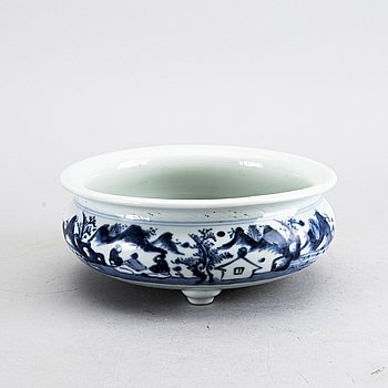 A Chinese 17/18th century porcelain cencer.