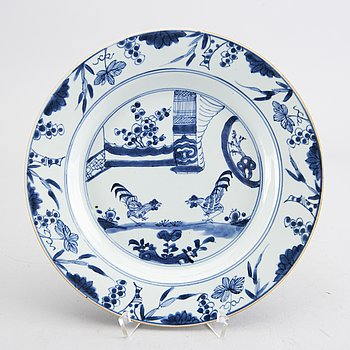 A Chinese Qianlong blue and white porcelain plate.