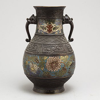 A Chinese cloisonne vase, early 20th century.