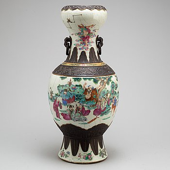 A large Chinese famille rose ge vase, early 20th century.