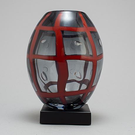 Carlos r pebaque, a glass vase, gullakruv