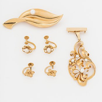 Two brooches and two pair of earrings, 18K gold with cultured pearls.