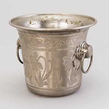 An early 20th Century Champagne bucket.