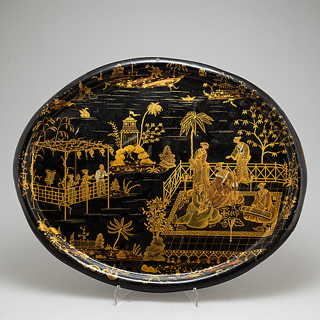 6c0222d1 Bemålad dekor i guld av kineserande dekor, figurer i palatsmiljö. Längd 71  cm.