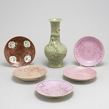 Five famille rose dishes and a celadon glazed vase, Qing dynasty, 19th century.