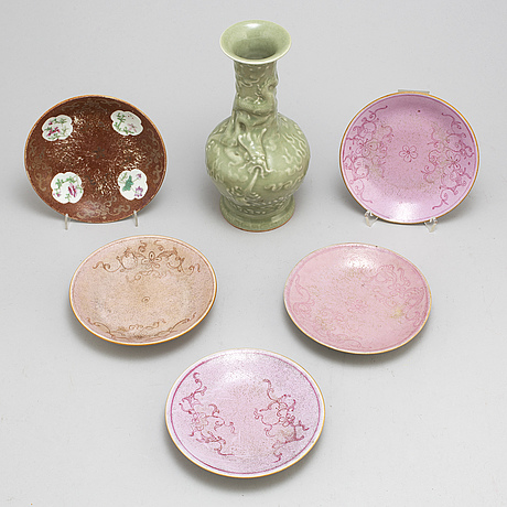 Five famille rose dishes and a celadon glazed vase, qing dynasty, 19th century