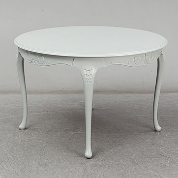 A painted Rococo style dining table, second half of the 20th Century.