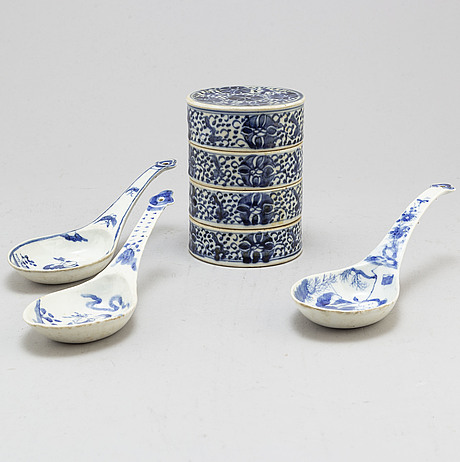 Three large blue and white spoons and a four tiered food bowl, qing dynasty, late 19th century.