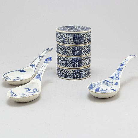 MatlÅda samt skedar, tre stycken, porslin. qingdynastin, sent 1800-tal.