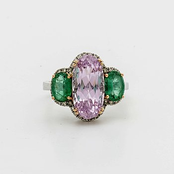 RING 18K whitegold, 1 kunzite approx 5,3 ct and 2 emeralds 1,4 ct, brilliant-cut diamonds approx 0,24 ct.