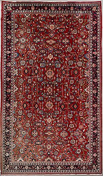 A CARPET. Old West persian, Around 500 x 285 cm.