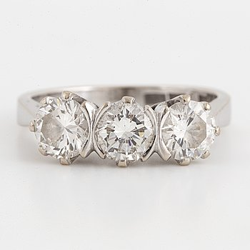 An 18K white gold ring set with round brilliant-cut diamonds.
