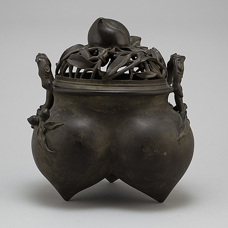 A japanese bronze incense burner with cover, 20th century.
