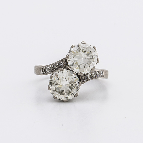 Diamond ring 18k whitegold 2 old cut diamonds approx 3 ct in total and l m si, single cut diamonds approx 0,10 ct