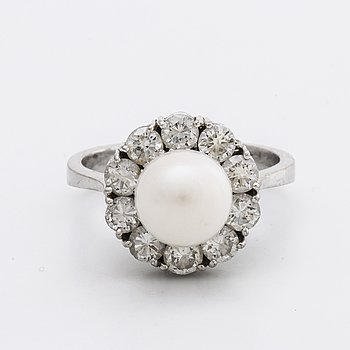 RING 18k whitegold w brilliant-cut diamonds approx 1,10 ct in total and 1 cultured pearl approx 8,5 mm.