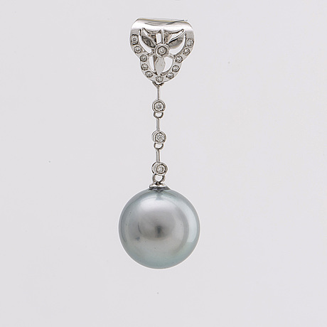Pendant 18k whitegold w 1 tahitian pearl approx 12 mm and brilliant cut diamonds approx 0,20 ct in total