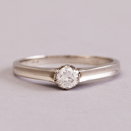 A 14k white gold ring with a c. 0.20 ct diamond.