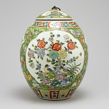 A Chinese famille verte jar with cover, 20th century.