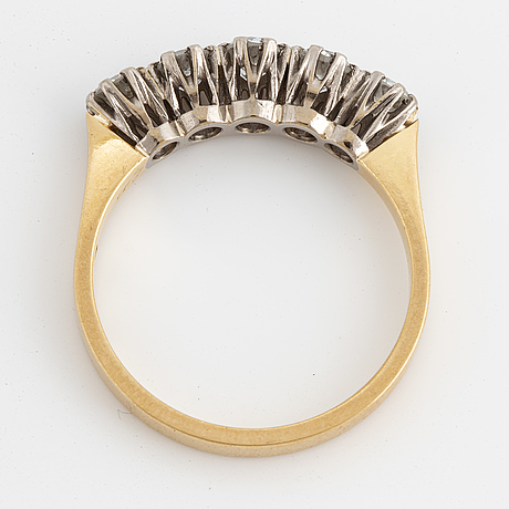 An 18k gold ring set with brilliant cut diamonds