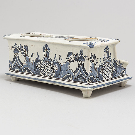 SkrivstÄll, 2 st, varav ett av fajans, 1700-tal, troligen rouen, frankrike, det andra av tenn, 1700/1800-tal.