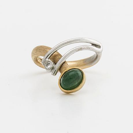 Elon arenhill bring 18k gold and whitegold w 1 brilliant cut diamond approx 0,04 ct and 1 cabochon cut emerald