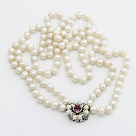 PÄrlcollier 2 rader odlade pärlor ca 7 mm, lås i 18k vitguld m 1 rubin (möjligen syntetisk), odlade pärlor och diamanter.