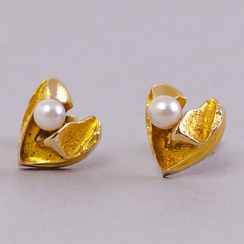 BJÖRN WECKSTRÖM, A pair of earrings, cultured pearls, 14K gold. Lapponia 1960s.