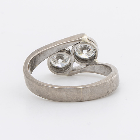 Ring 18k vitguld med 2 briljanter ca 0,80 ct totalt.