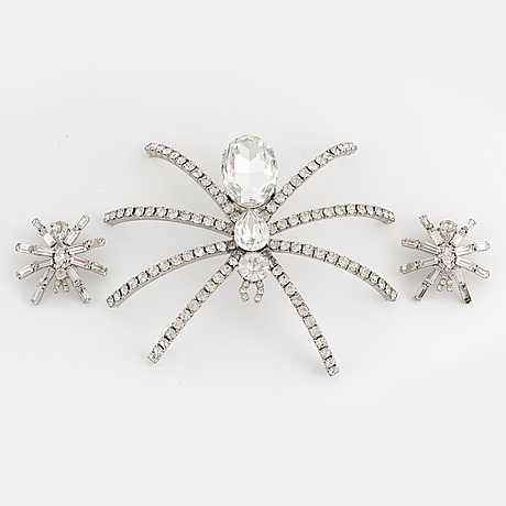 A large spider brooch and a pair of earrings.