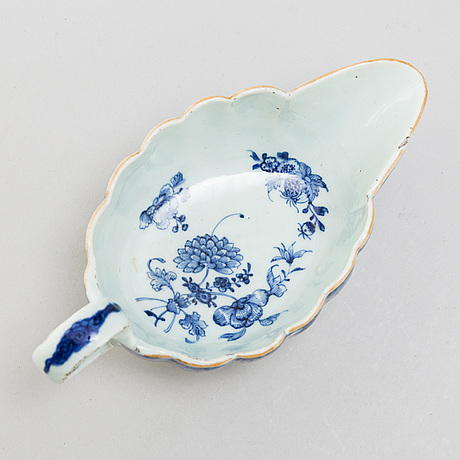 A blue and white dish and sauce boat, qing dynasty, qianlong (1736-95).