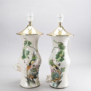 BORDSLAMPOR/VASER två st, Kina, omkring 1900 porslin.