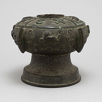 A Chinese bronze jar, 20th century.