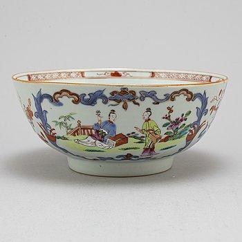A famille rose bowl, Qing dynasty, Qianlong (1736-95).