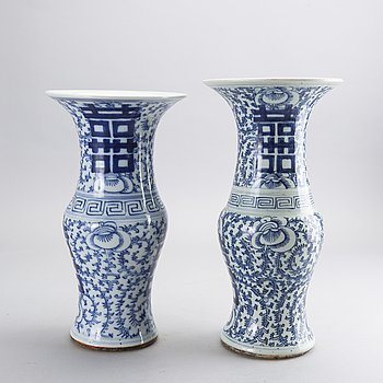 A set of two Chinese porcelaine 19th century vases.