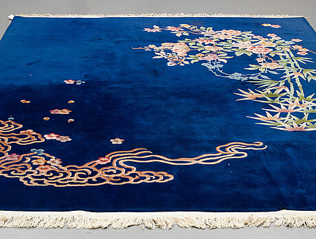 A carpet, china, ca 304,5 x 242,5 cm (as well as 3 cm flat weave at the ends).