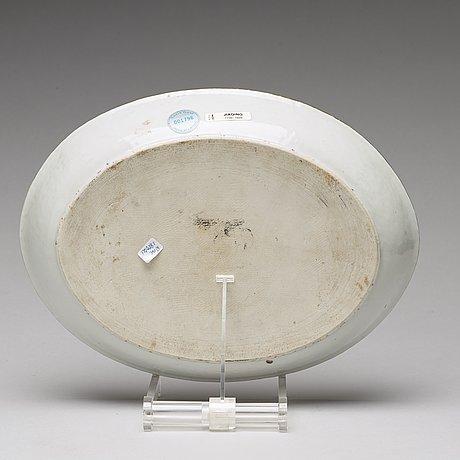 An armorial serving dish, qing dynasty, jiaqing (1796-1820).