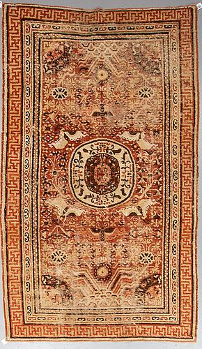 Matto, an antique khotan, ca 296,5 x 181 cm.
