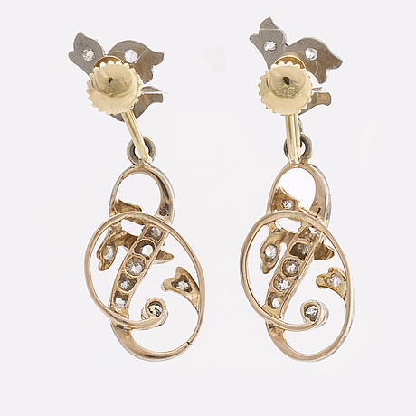 Earrings 14k whitegold and gold old and rose cut diamonds approx 0,40 ct in total, screw fittings
