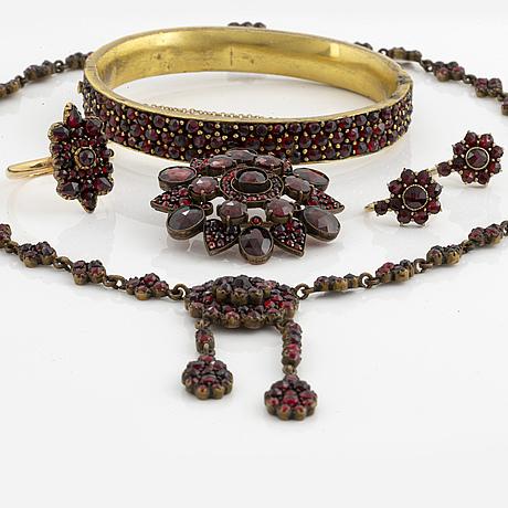 Smyckesset med granater. ring, brosch, collier, armring, örhängen.